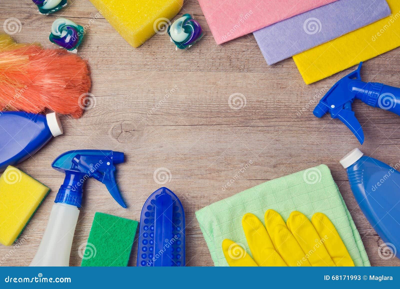 Concept de nettoyage et de ménage avec des approvisionnements sur le fond en bois Vue de ci-avant