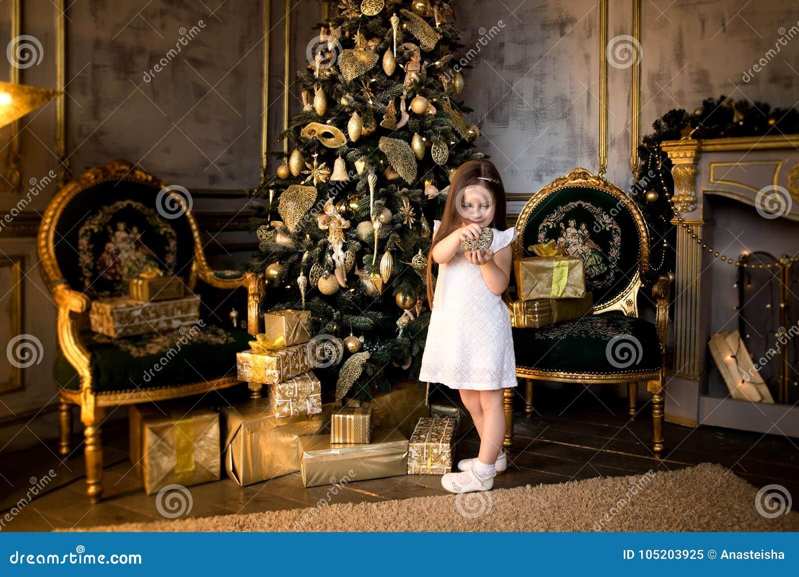 Concept de Noël An neuf Les enfants habillent un arbre de Noël
