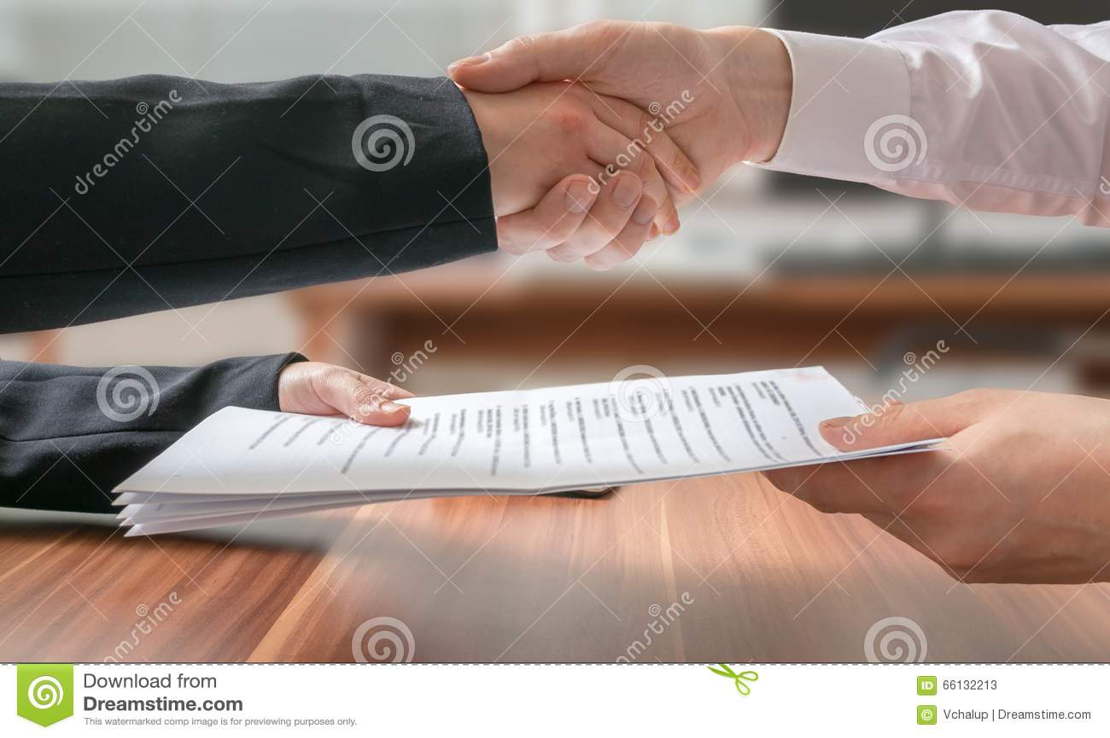 Concept de partenariat Homme et femme d affaires se serrant la main et passant l accord