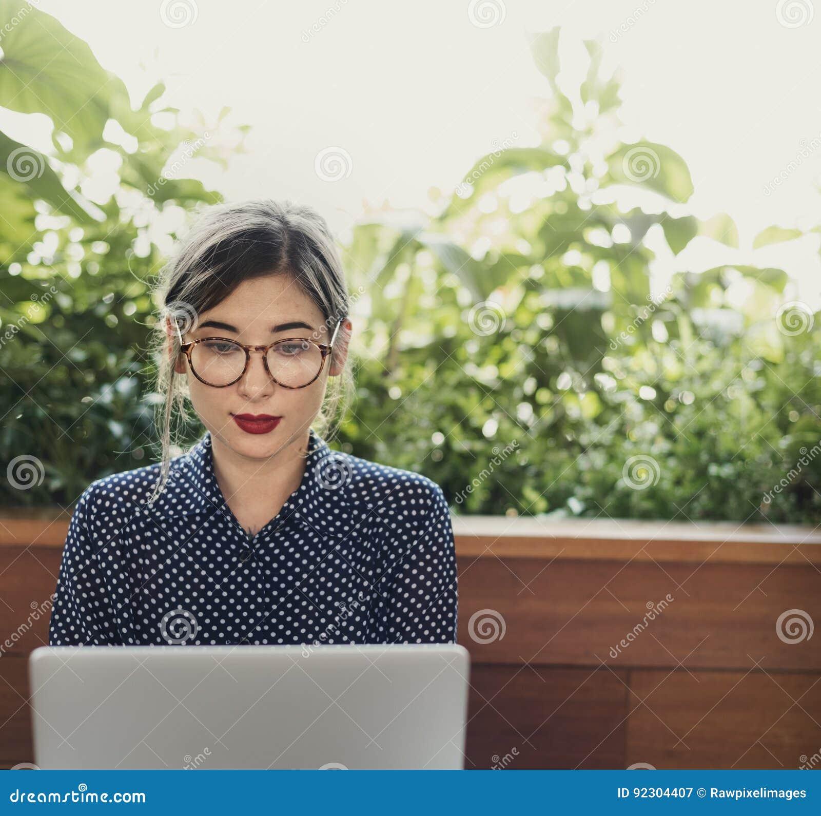 Concept de pensée occasionnel de café d Internet d ordinateur de femme