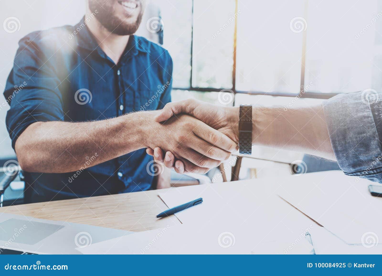Concept de poignée de main d association d affaires Processus de poignée de main d homme d affaires de la photo deux Affaire réus
