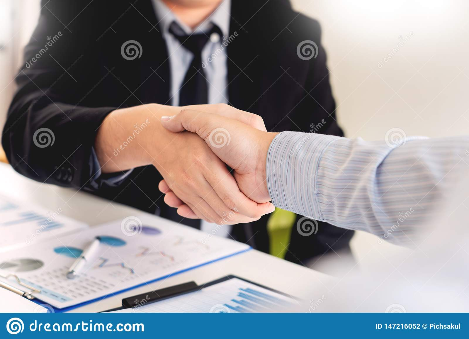 Concept de poign?e de main d accord de r?union d affaires, participation de main apr?s avoir fini s occupant le projet ou le succ
