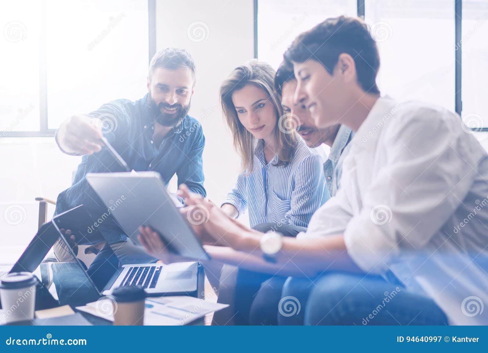 Concept de réunion d affaires Les collègues team le nouveau projet de démarrage fonctionnant au bureau moderne Analysez les docum