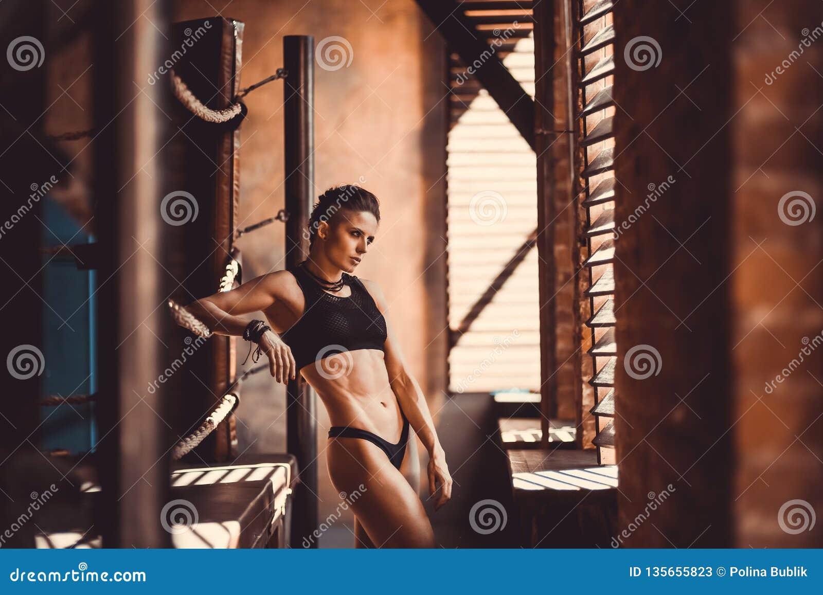 Concept de séance d entraînement de formation de force de forme physique - fille sexy de sport de bodybuilder musculaire faisant