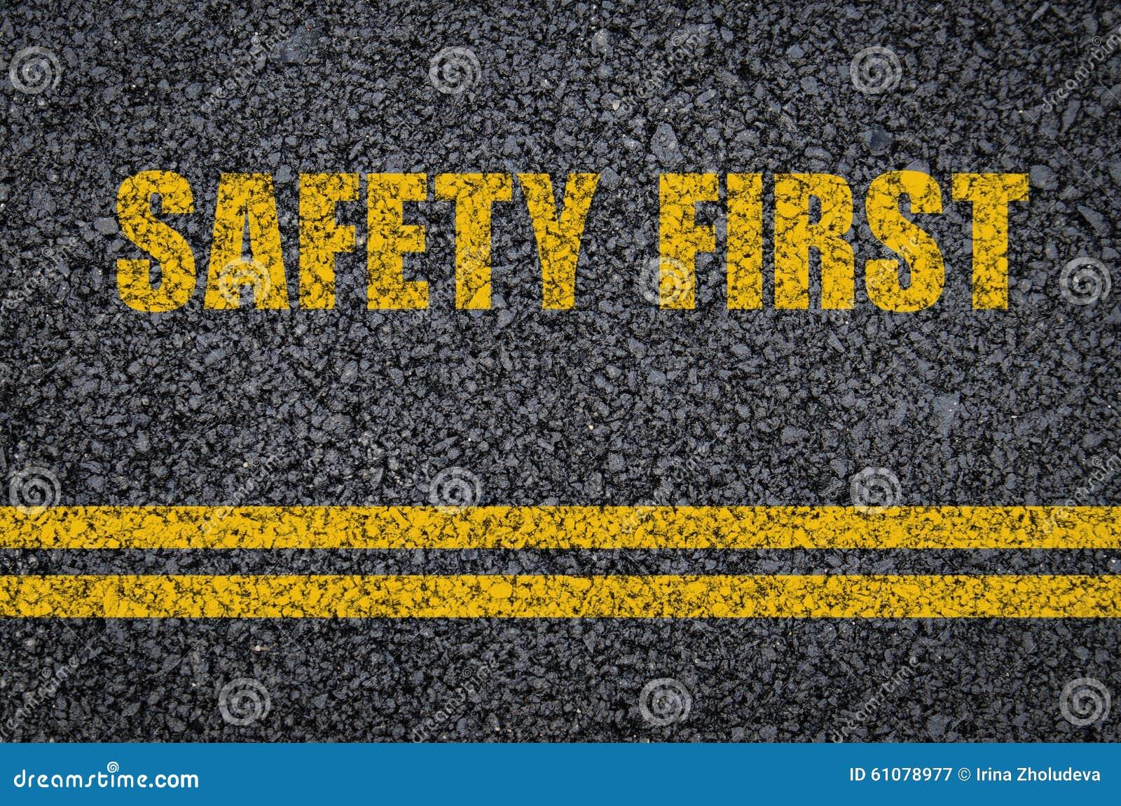 Concept de sécurité routière : Sécurité première sur l asphalte avec des lignes centrales