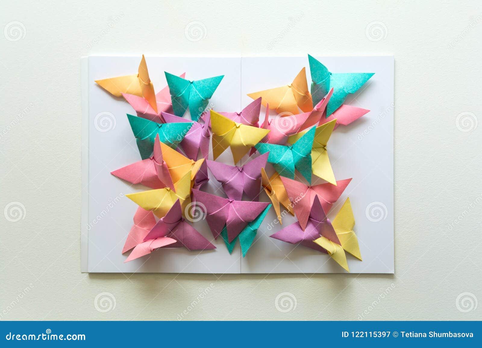 Concept de santé mentale Papillons de papier colorés se reposant sur le livre dans la forme du papillon Émotion d harmonie Origam
