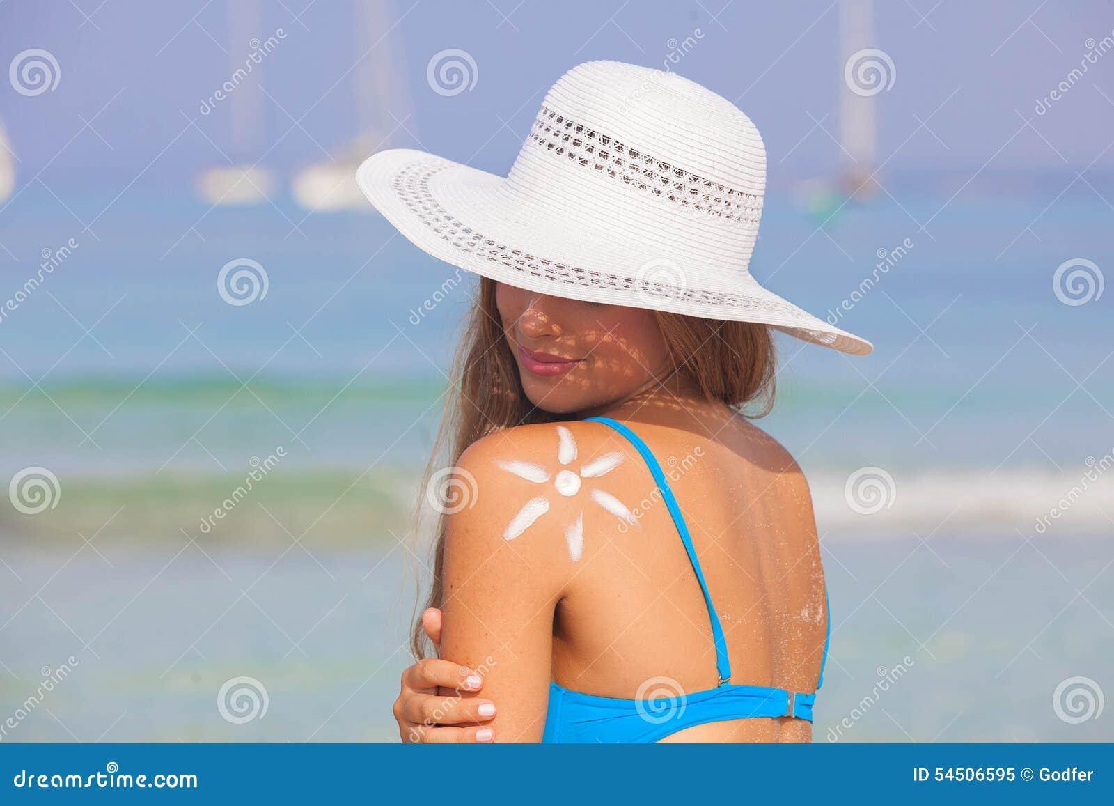 Concept de soins de la peau du soleil de femme d été