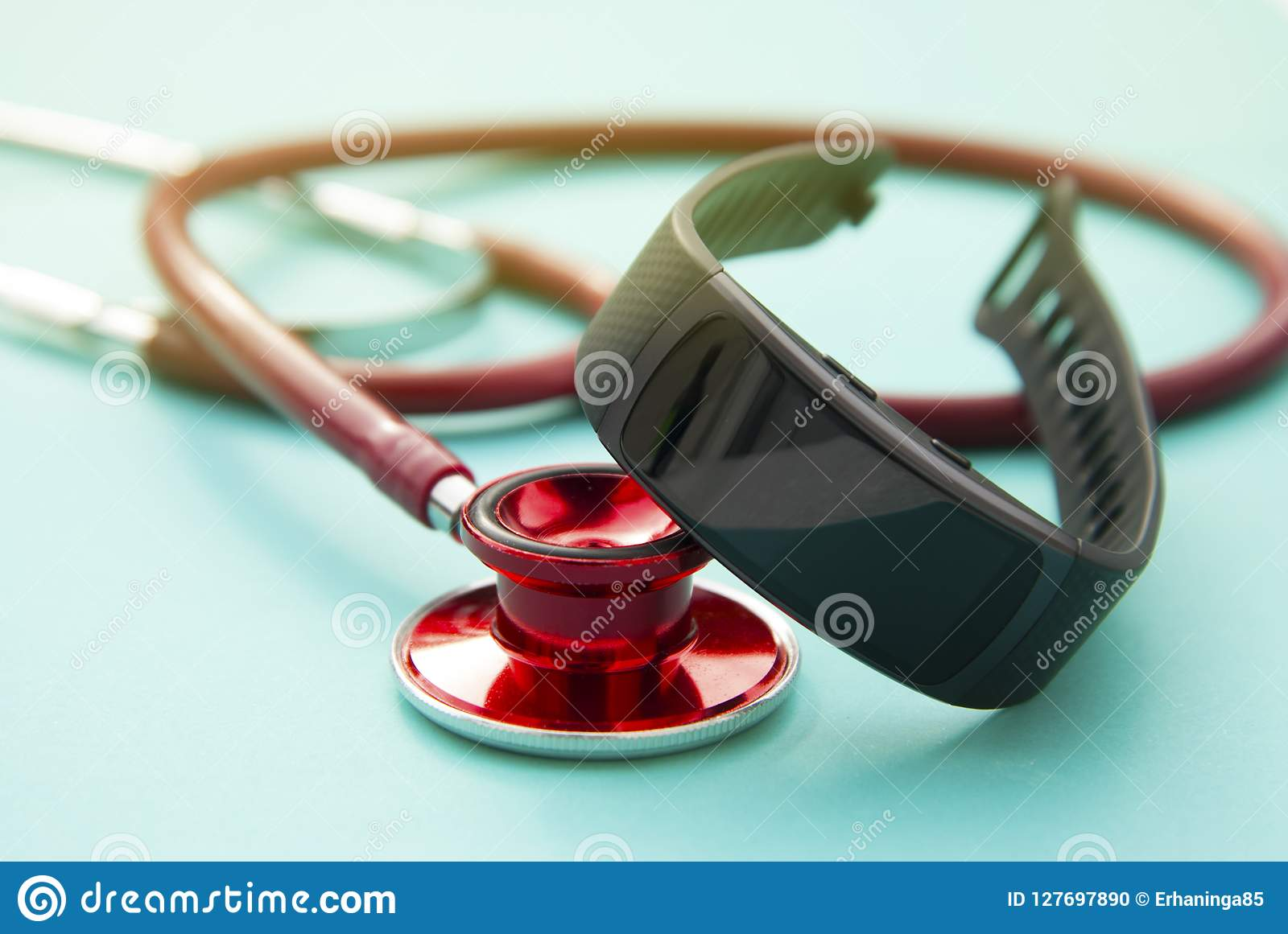 Concept de soins de santé Traqueur et sthetoscop d activité de montre de forme physique au-dessus de fond bleu plan rapproché, fo