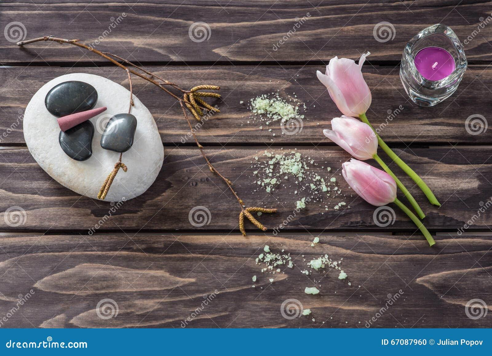 Concept de station thermale fleurs, bougies, sel aromatique