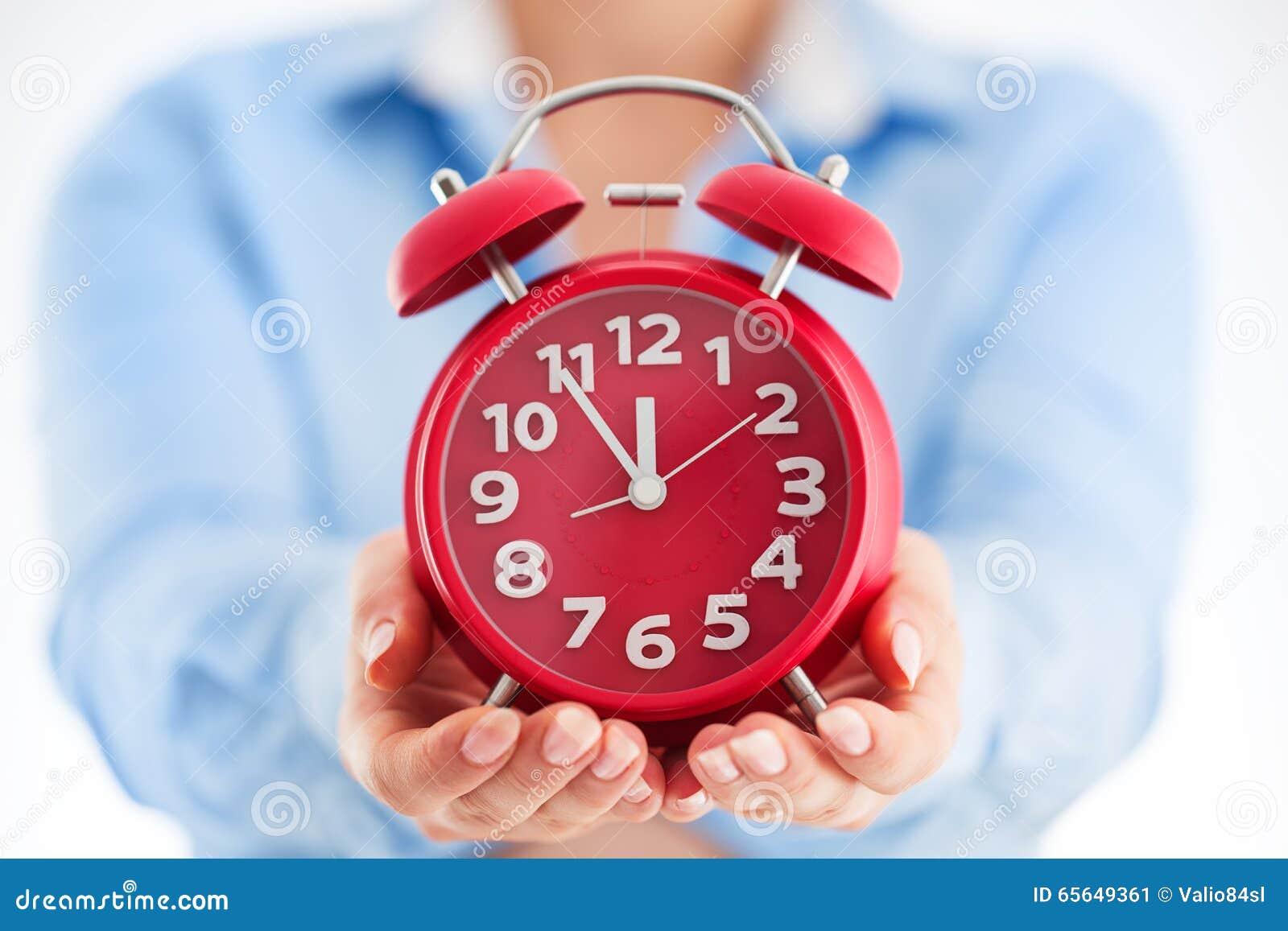Concept de temps d affaires Femme tenant le réveil en son Cl de mains