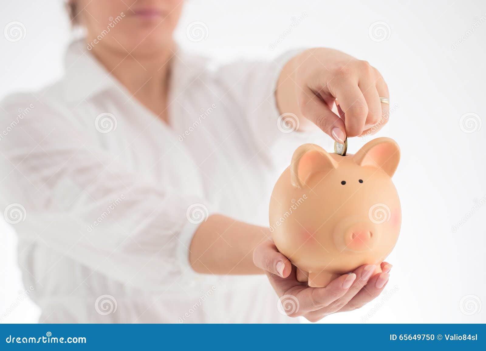 Concept de tirelire et d affaires Femme tenant l interdiction porcine en céramique
