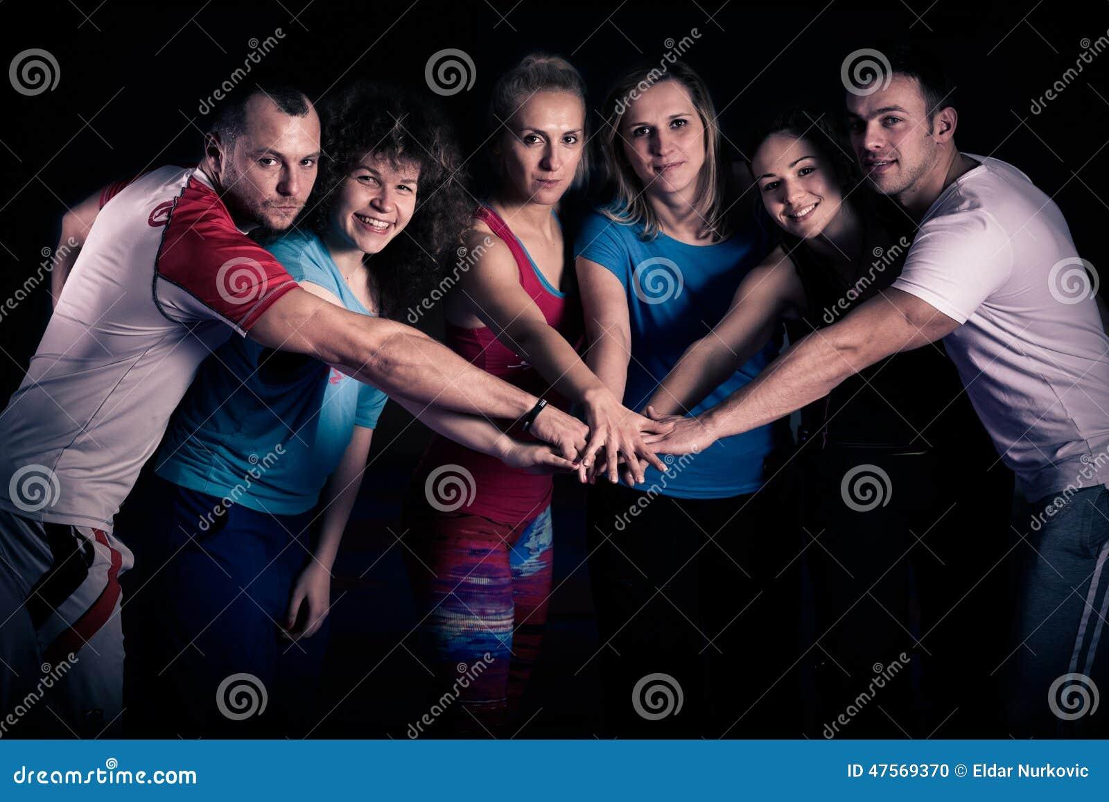 Concept de travail d équipe Motivation d équipe de séance d entraînement de forme physique Groupe d adultes en bonne santé sporti