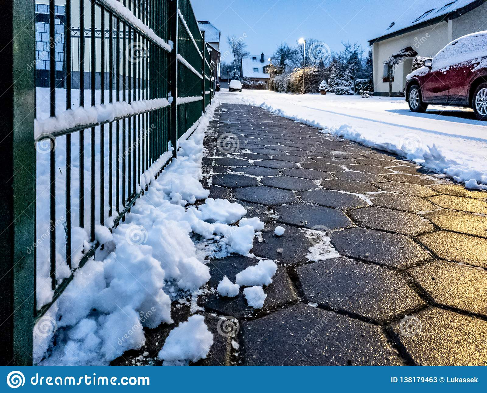 Concept de trottoir de pavé rond dégagé de la neige