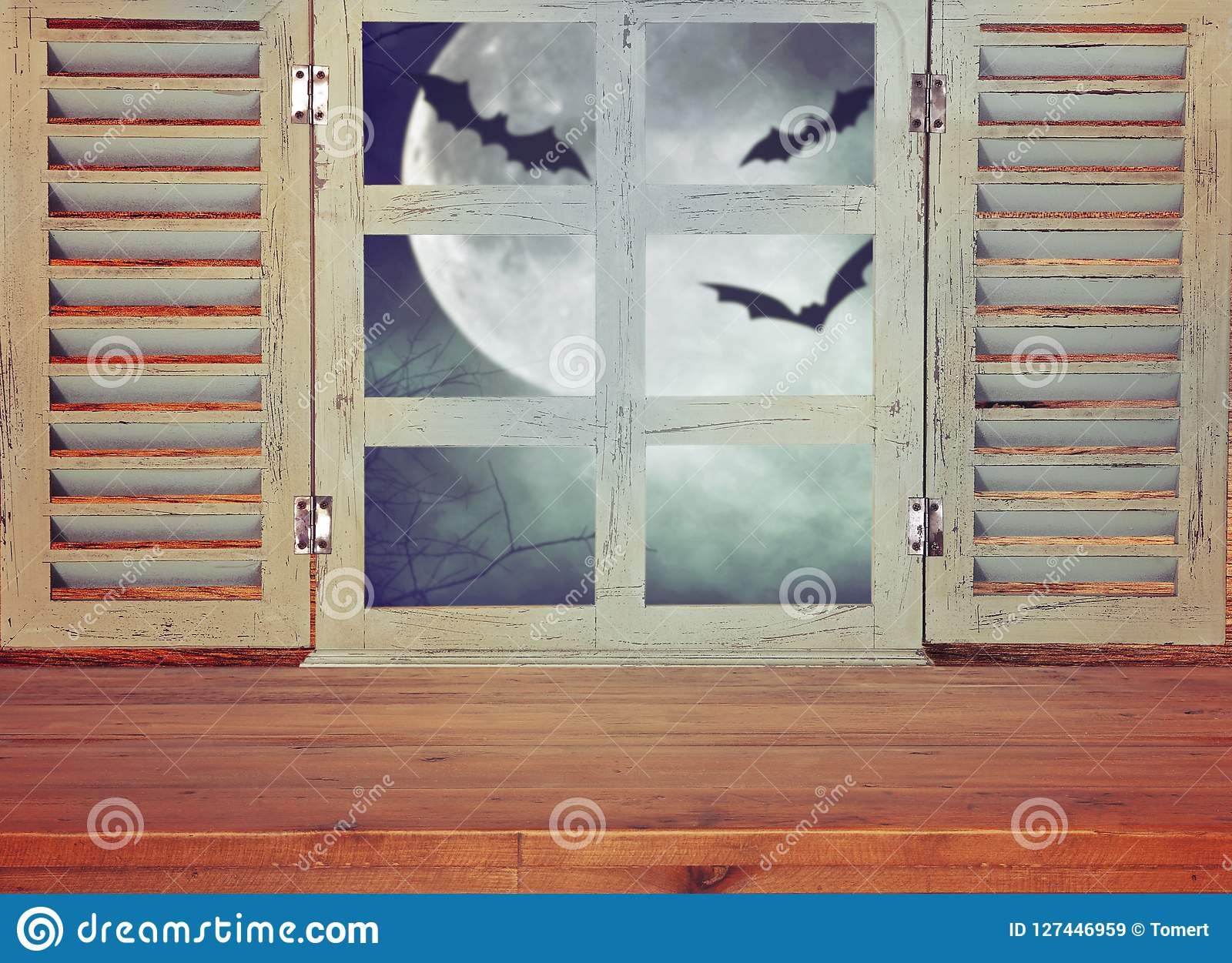 Concept de vacances de Halloween Table rustique vide devant le fond hanté de ciel nocturne et la vieille fenêtre Préparez pour l
