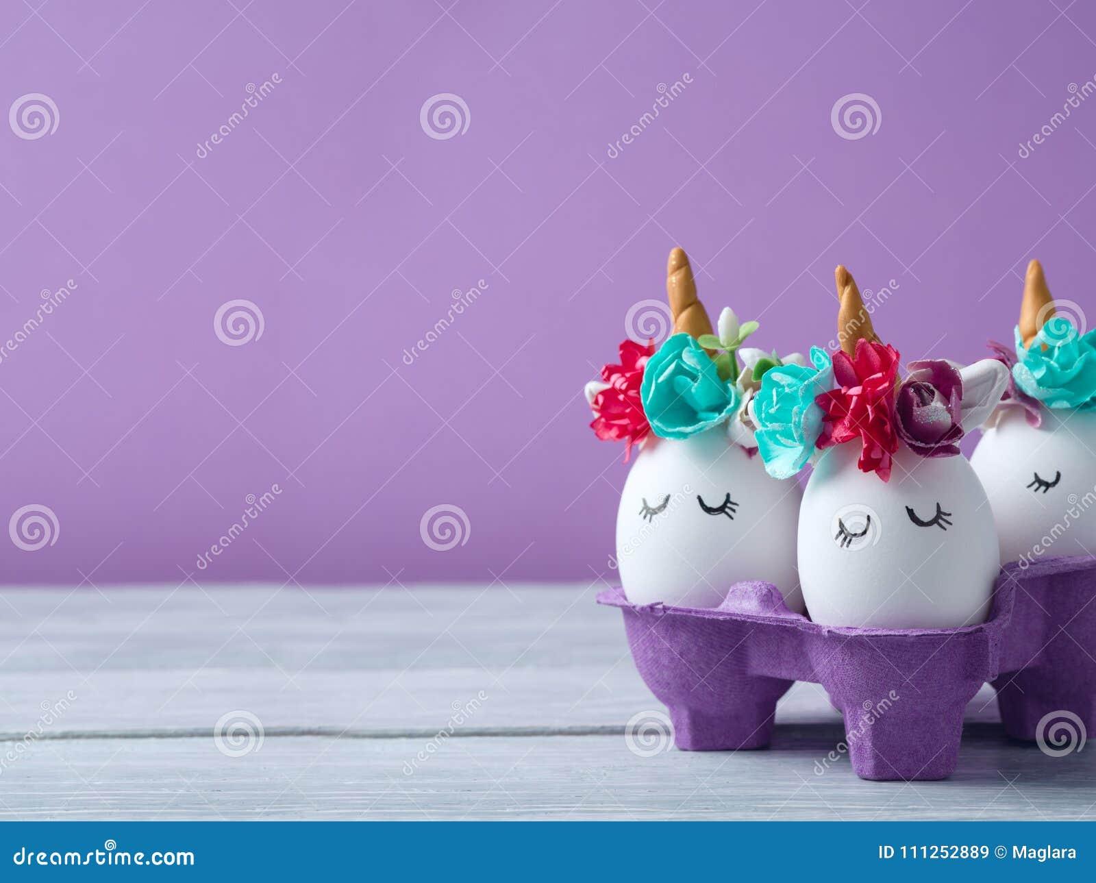 Concept de vacances de Pâques avec les oeufs faits main