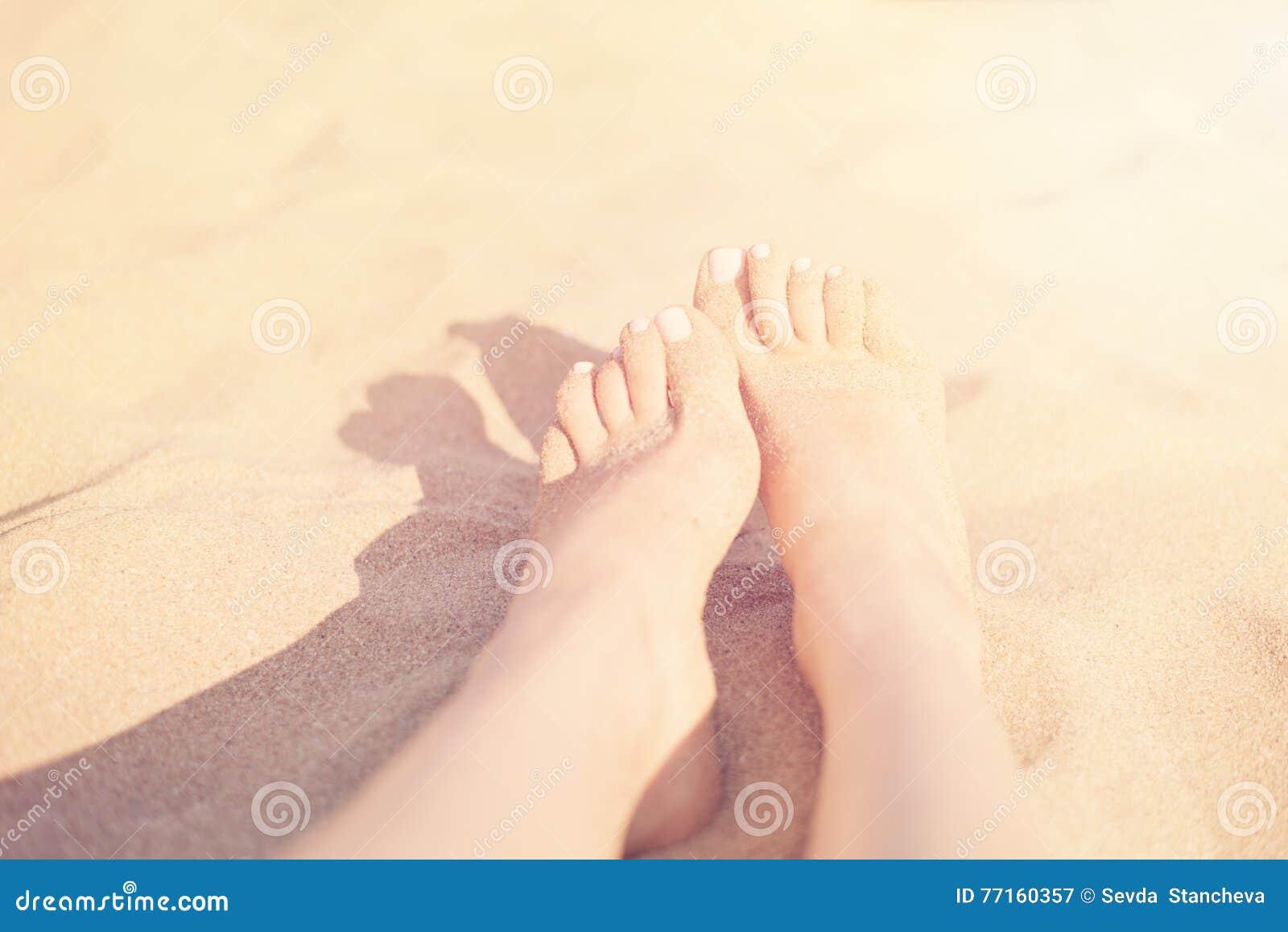 Concept de vacances Plan rapproché de pieds de femme détendant sur la plage, appréciant le soleil et la vue splendide Pieds de Sa