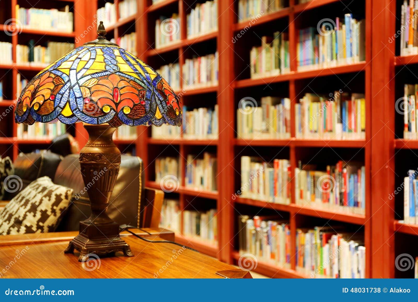 concept de vieux salle de lecture de biblioth que lampe de table de vintage livres et tag re. Black Bedroom Furniture Sets. Home Design Ideas
