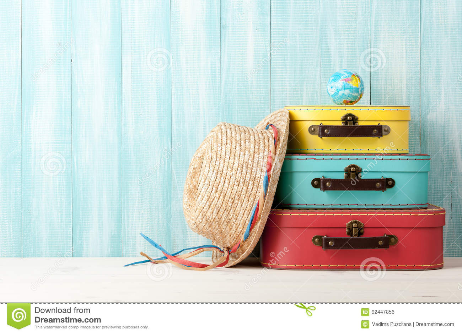 Concept de voyage avec les rétros valises de style, le chapeau de paille et le globe o