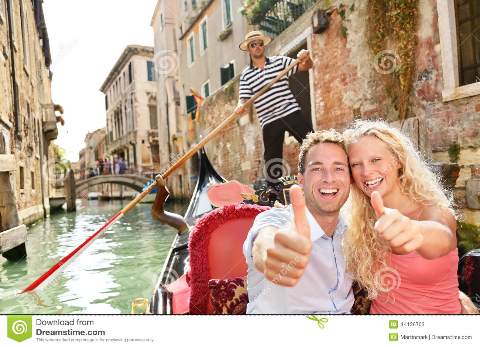 Assez Concept De Voyage - Couple Heureux Dans La Gondole De Venise Photo  YO87