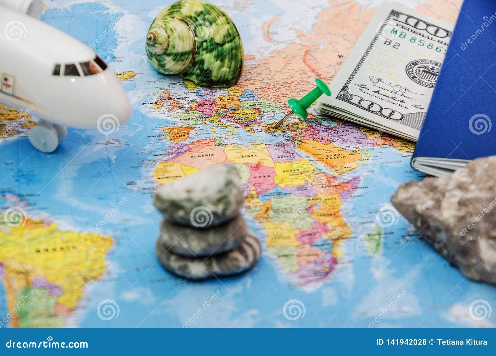 Concept de voyage et de tourisme avec des documents de voyage de passeport, avion sur le fond de carte du monde avec l espace de