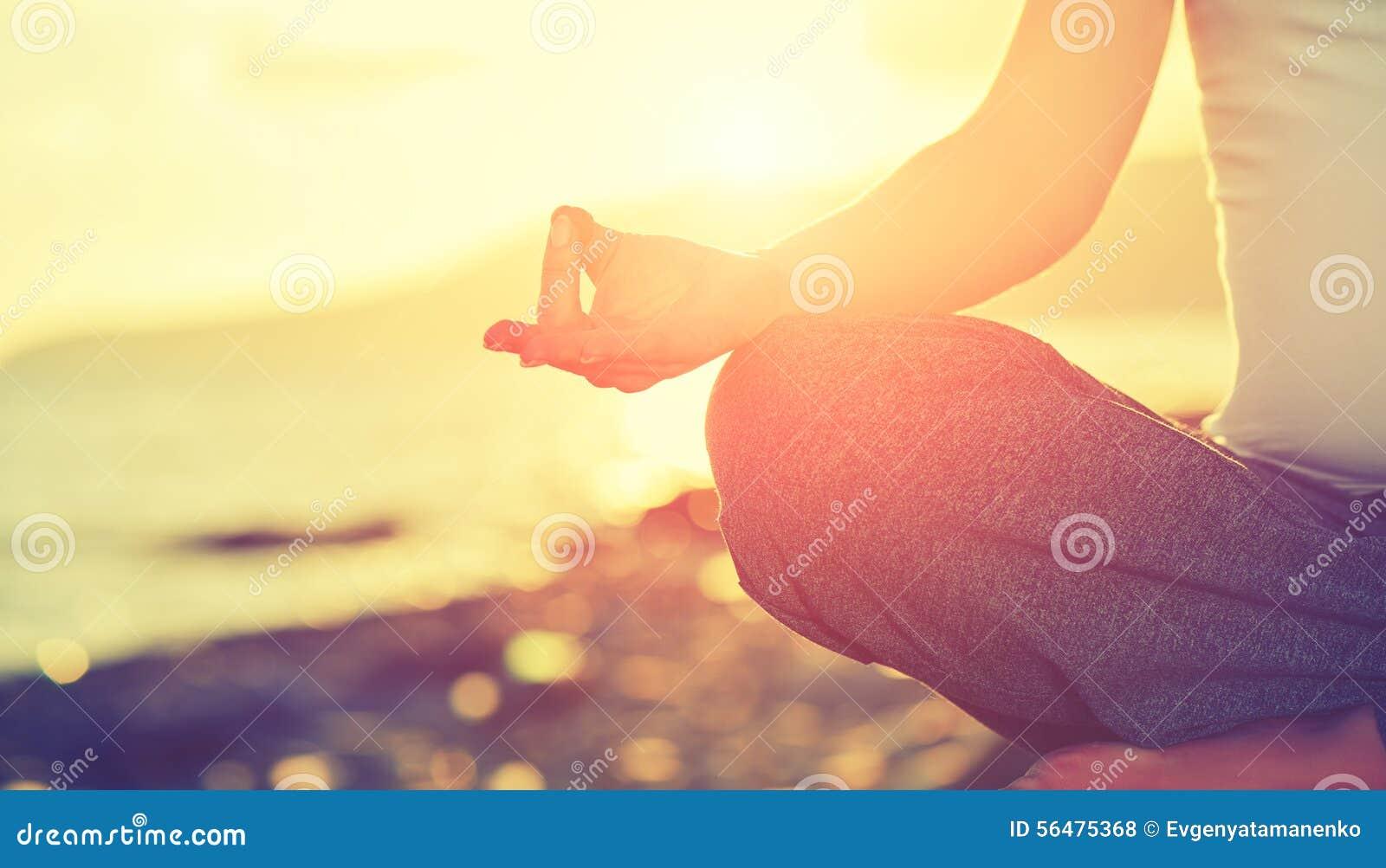 Concept de yoga pose de pratique de lotus de femme de main sur la plage