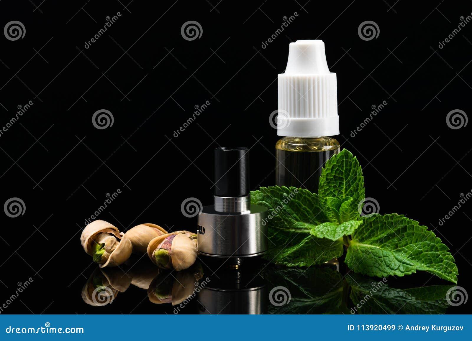 Concept des saveurs d écrou et de menthe pour les cigarettes électroniques sur un fond noir