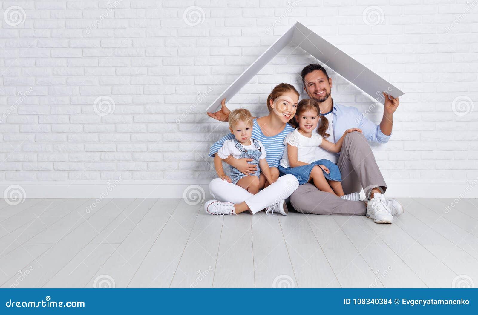 Concept die een jonge familie huisvesten moedervader en kinderen in n