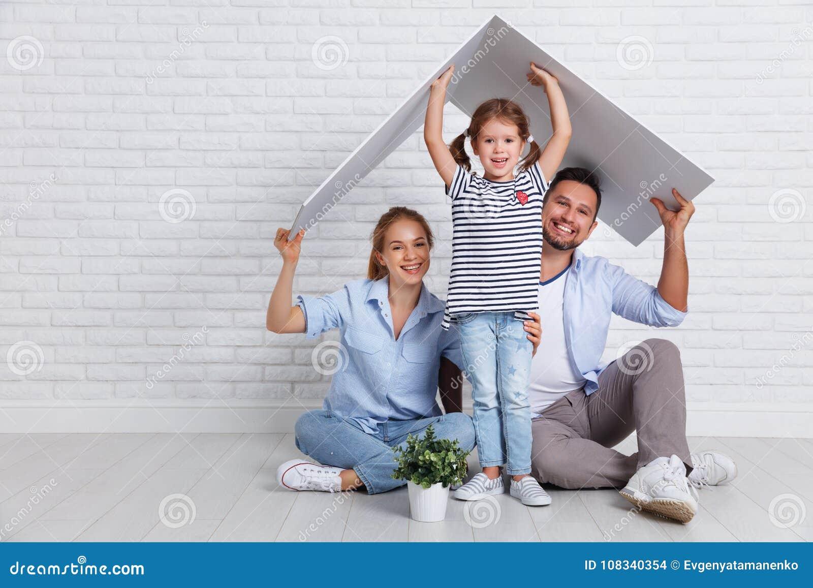 Concept die jonge familie huisvesten Moedervader en kind in nieuw h