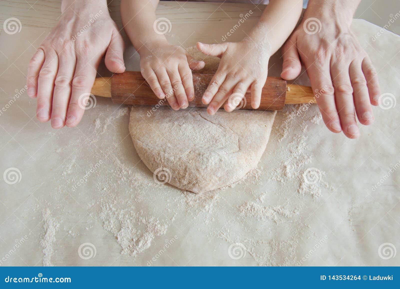 Concept die voedsel met kind in de keuken voorbereiden, huisvrije tijd