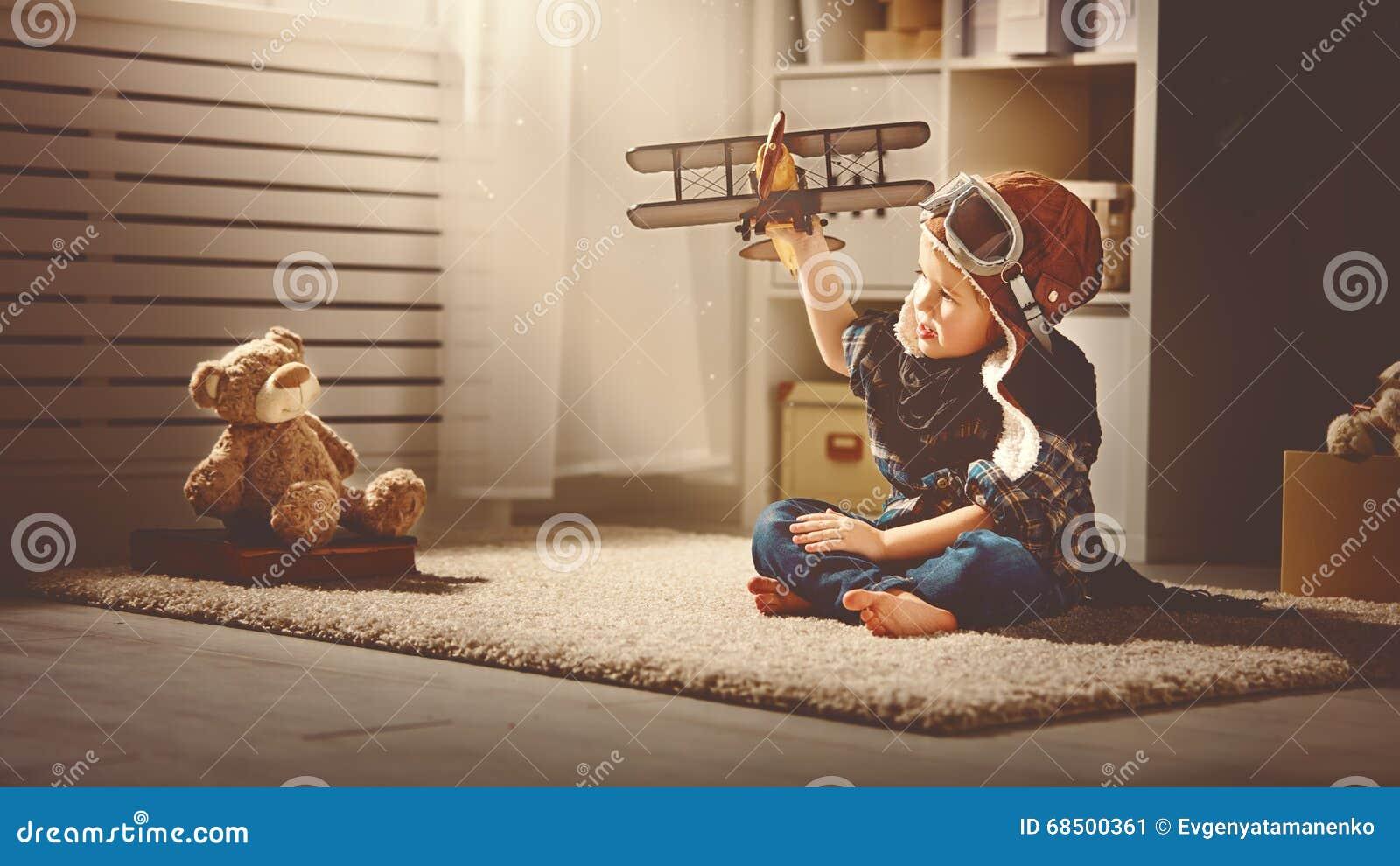 Concept dromen en reizen proefvliegenierskind met een stuk speelgoed a