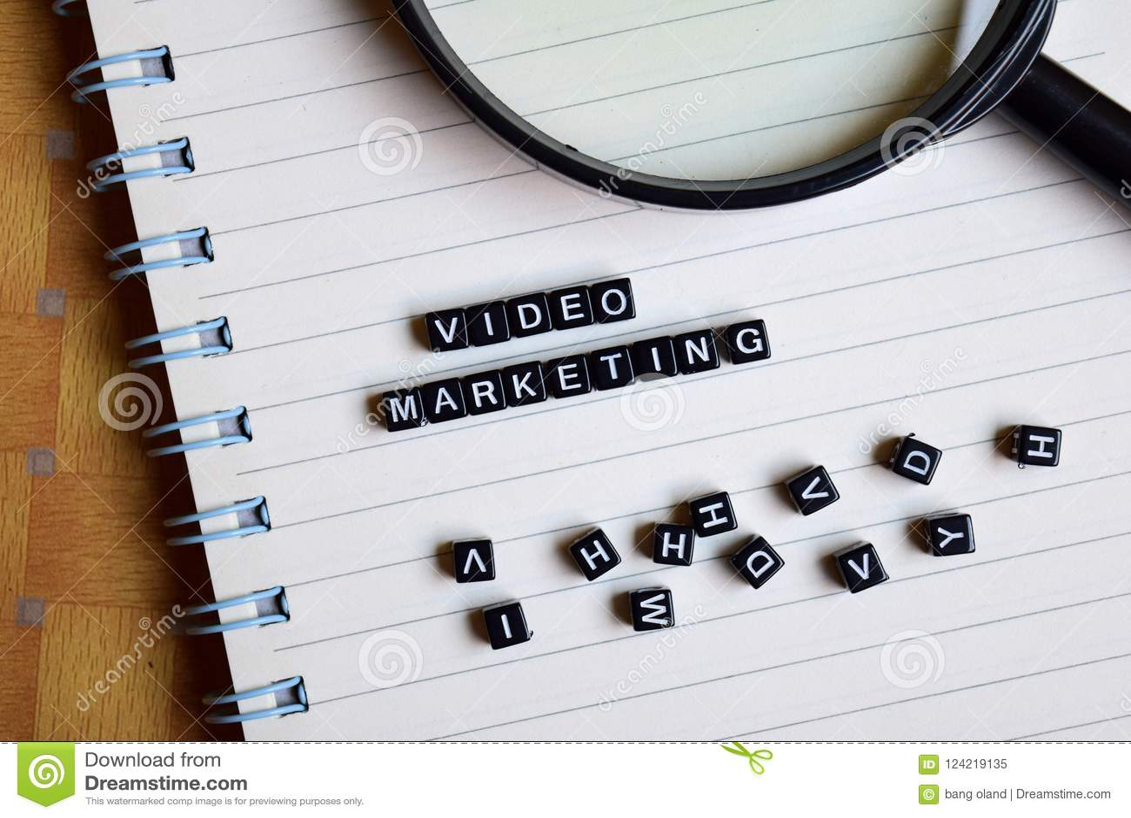 Concept du marketing visuel sur les cubes en bois avec des livres à l arrière-plan