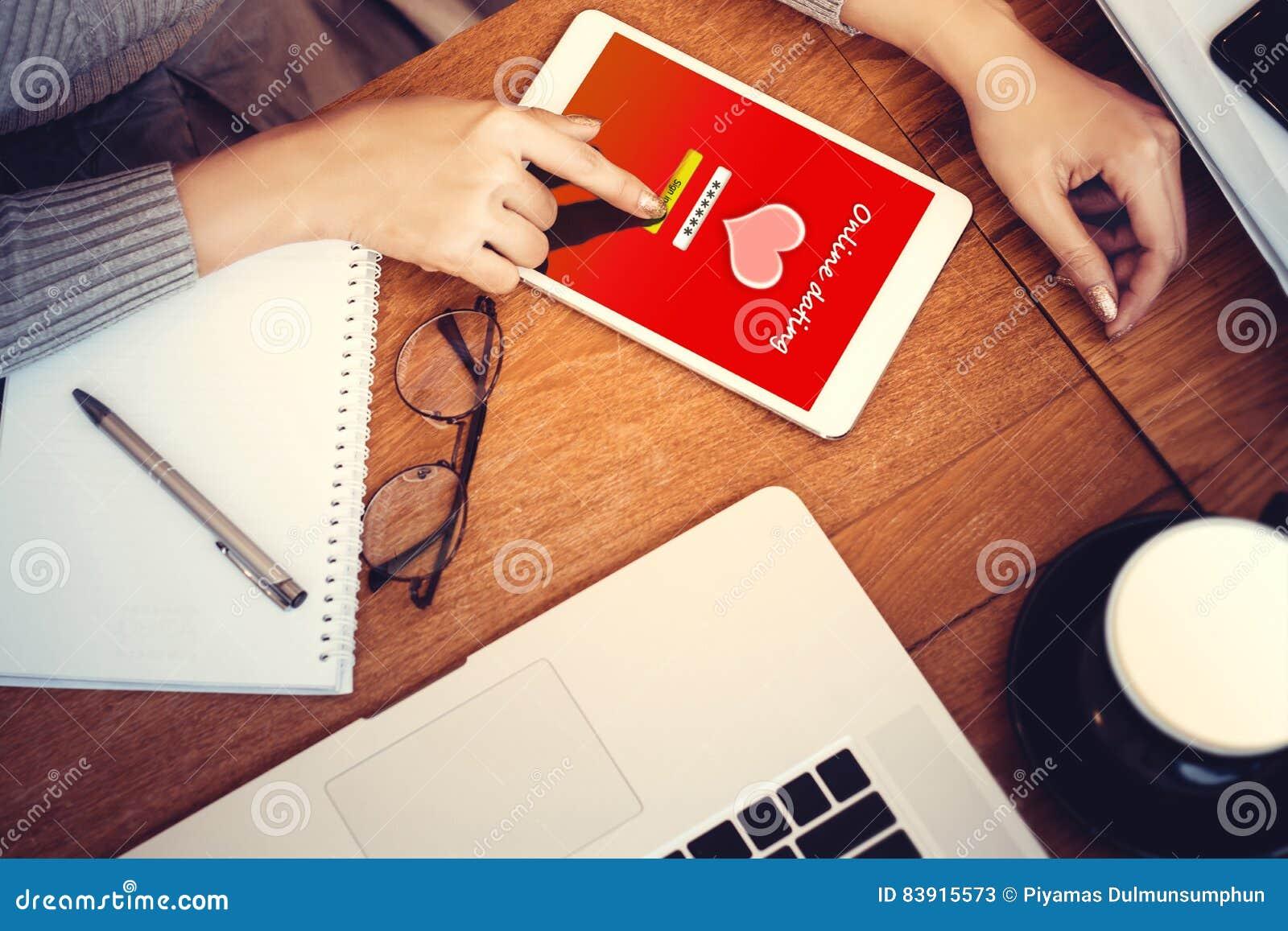 Concept en ligne d amour fille à l aide d un comprimé produit