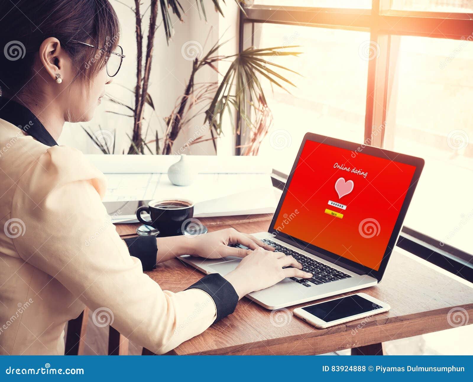 Concept en ligne d amour préposée de bureau employant le site
