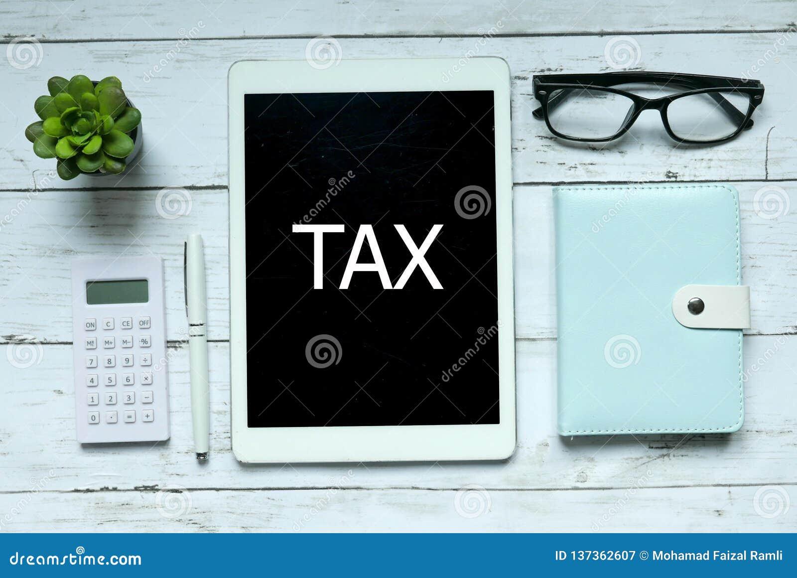 Concept en ligne d impôts de Digital Vue supérieure de la calculatrice, du stylo, de l usine, du carnet, des verres et du comprim