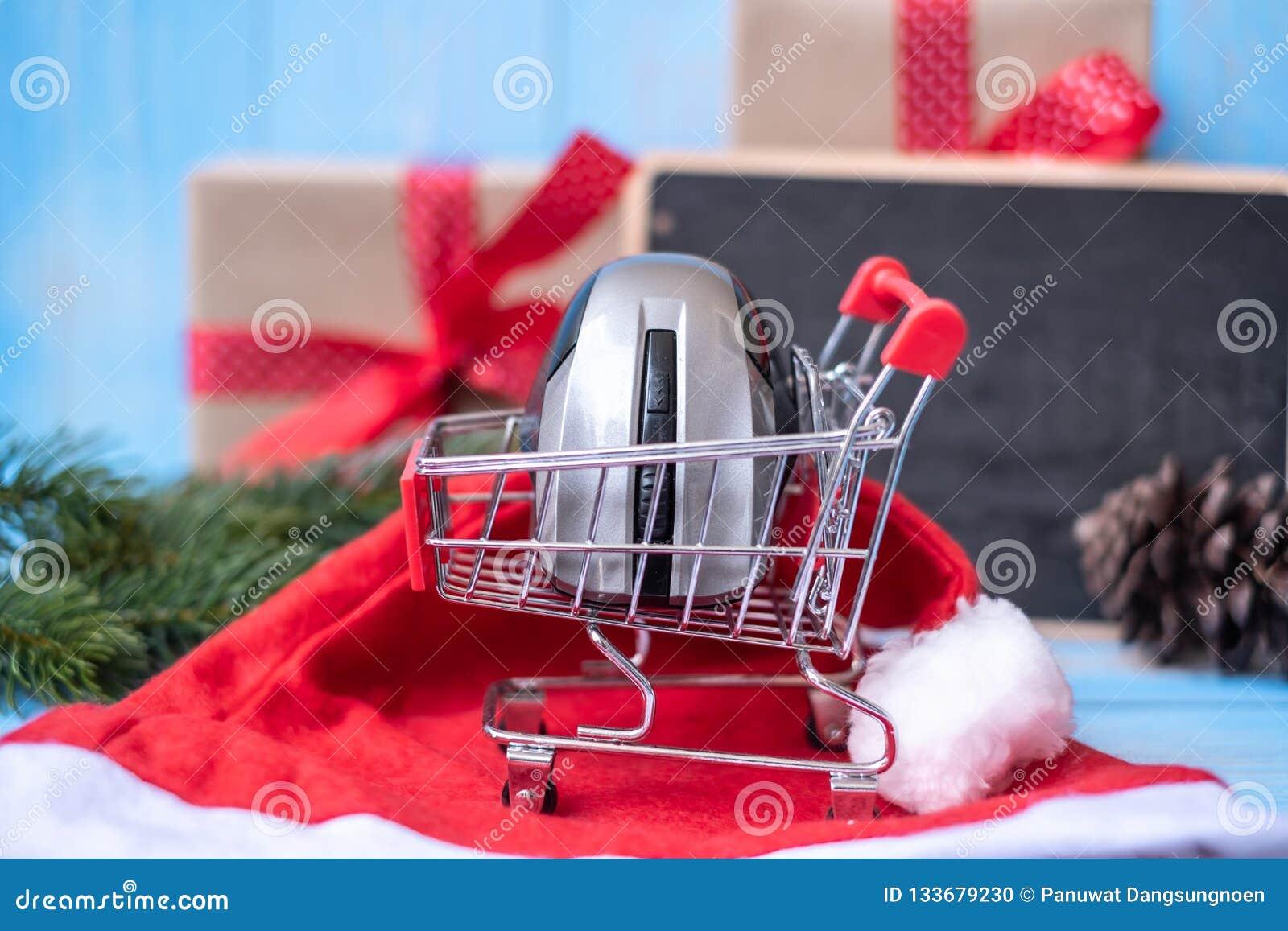 Concept en ligne de achat de commerce électronique avec le boîte-cadeau de Joyeux Noël ou présent sur le fond en bois bleu
