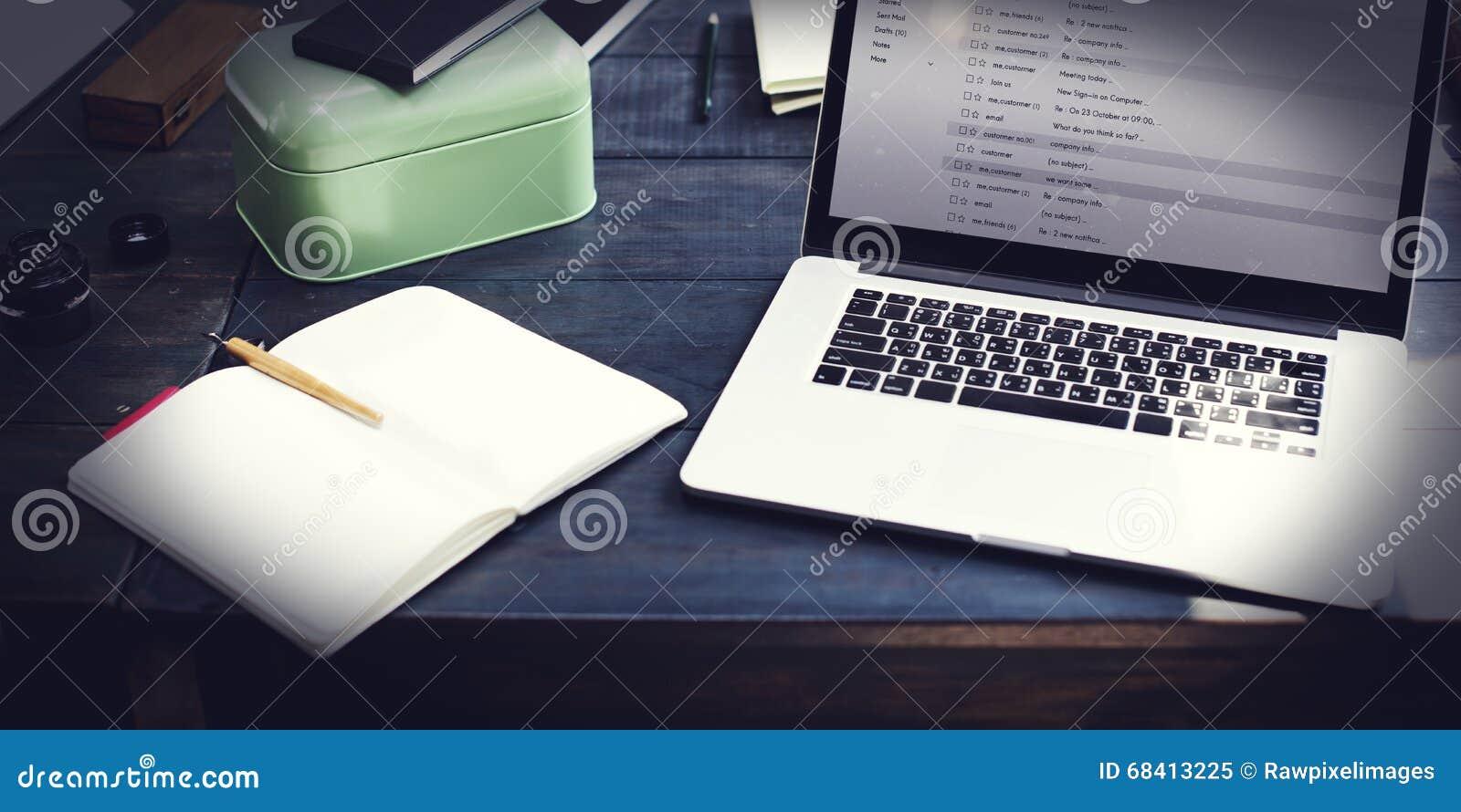 Concept en ligne de transmission de messages d email de correspondance de communication
