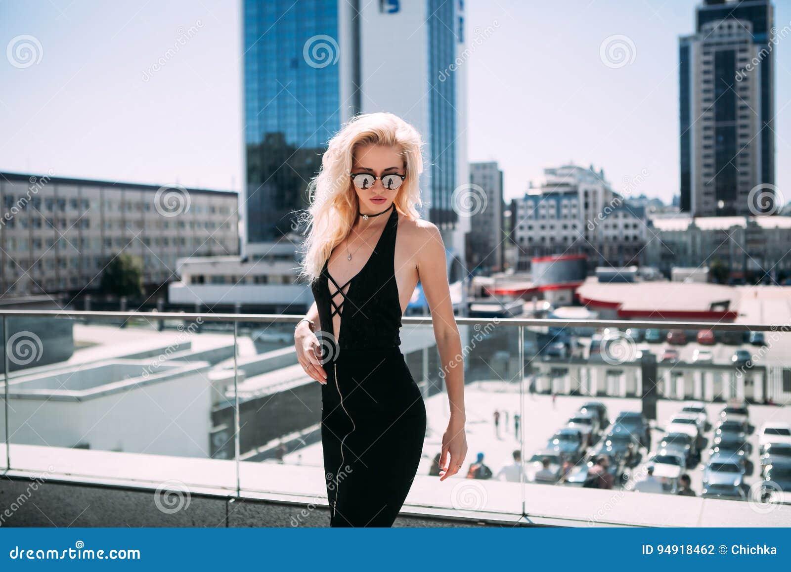 Concept femelle de mode Taille extérieure vers le haut de portrait de la jeune belle femme posant sur la vieille rue Vêtements él