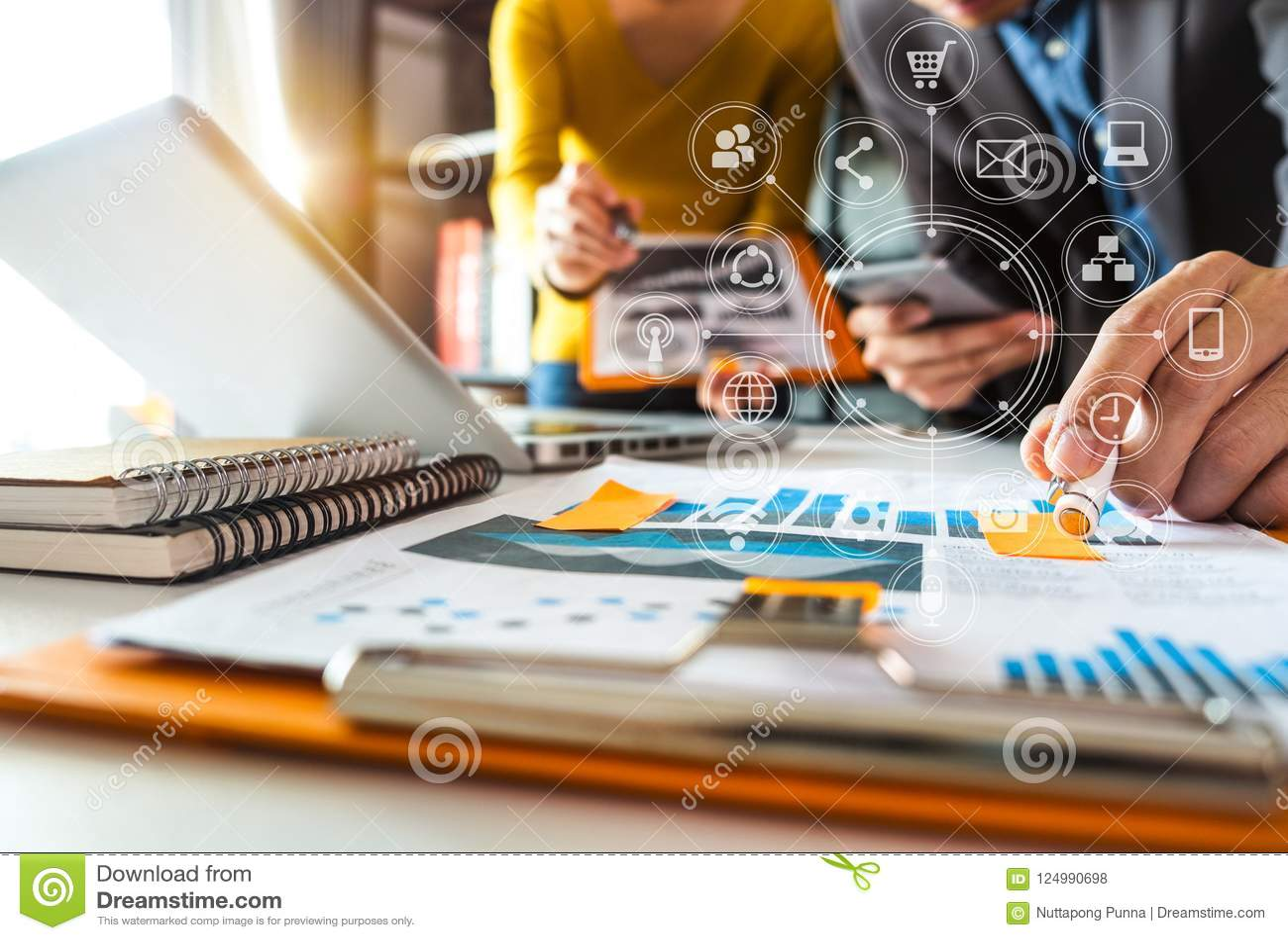 Concept fonctionnant de réunion d équipe, homme d affaires utilisant le téléphone intelligent et ordinateur portable et tablette