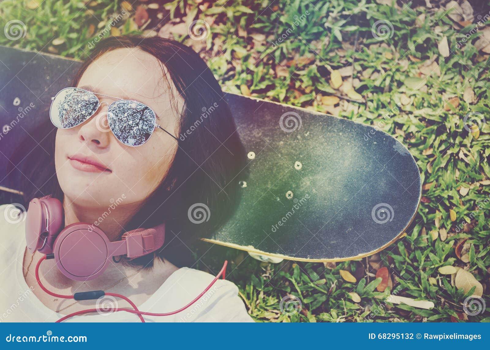 Concept froid menteur d écouteur de repos de relaxation de planche à roulettes