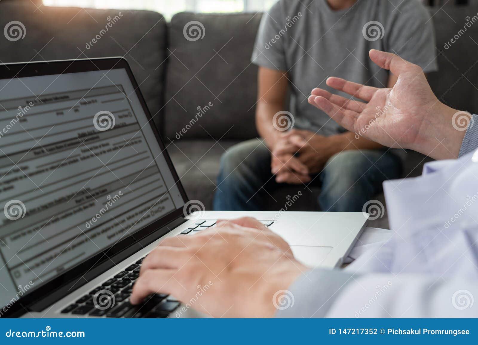 Concept g?riatrique de m?decin ou de g?riatre, docteur visitant avec le patient dans la chambre et la maladie s?rieuse d audition