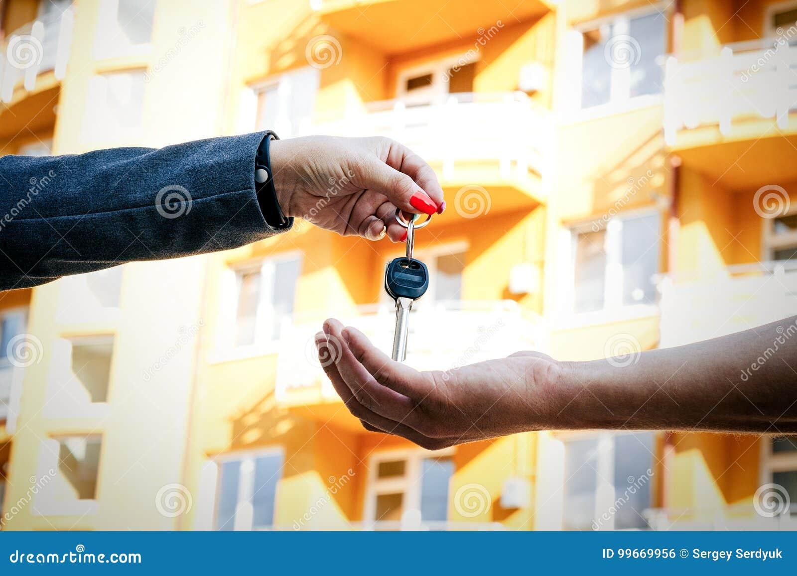Concept het kopen van, het verkopen van en het huren van huisvesting Een vrouwen` s hand p