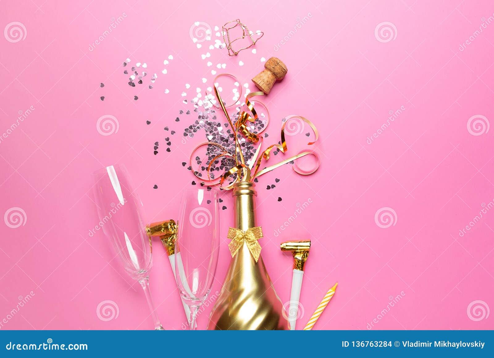 Concept het openen van een dure gouden champagnefles gewijd aan de viering