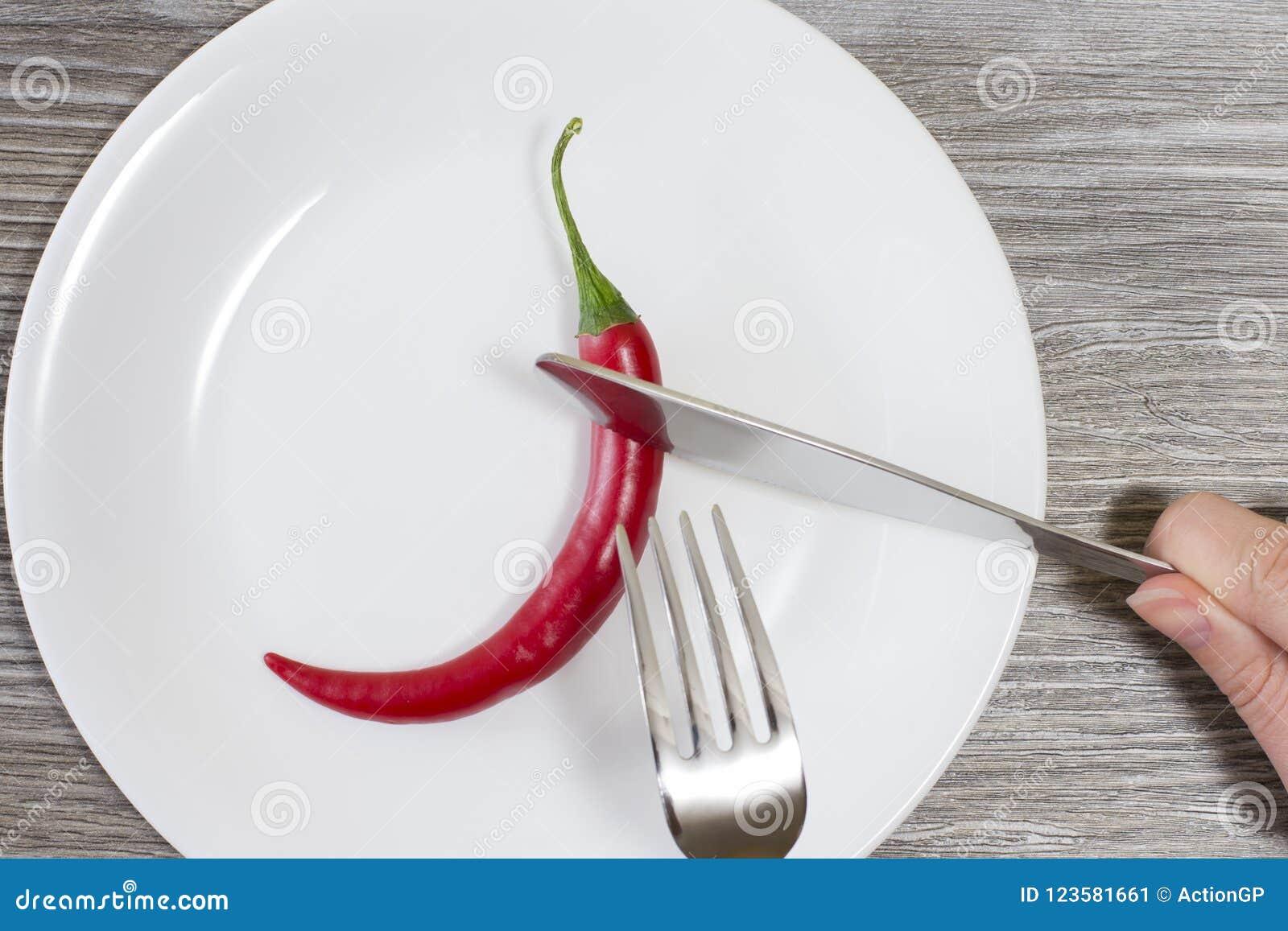 Concept het strikte op dieet zijn Sluit omhoog foto van vrouwen` s handen snijdend Spaanse peperpeper op een brandwond van het pl