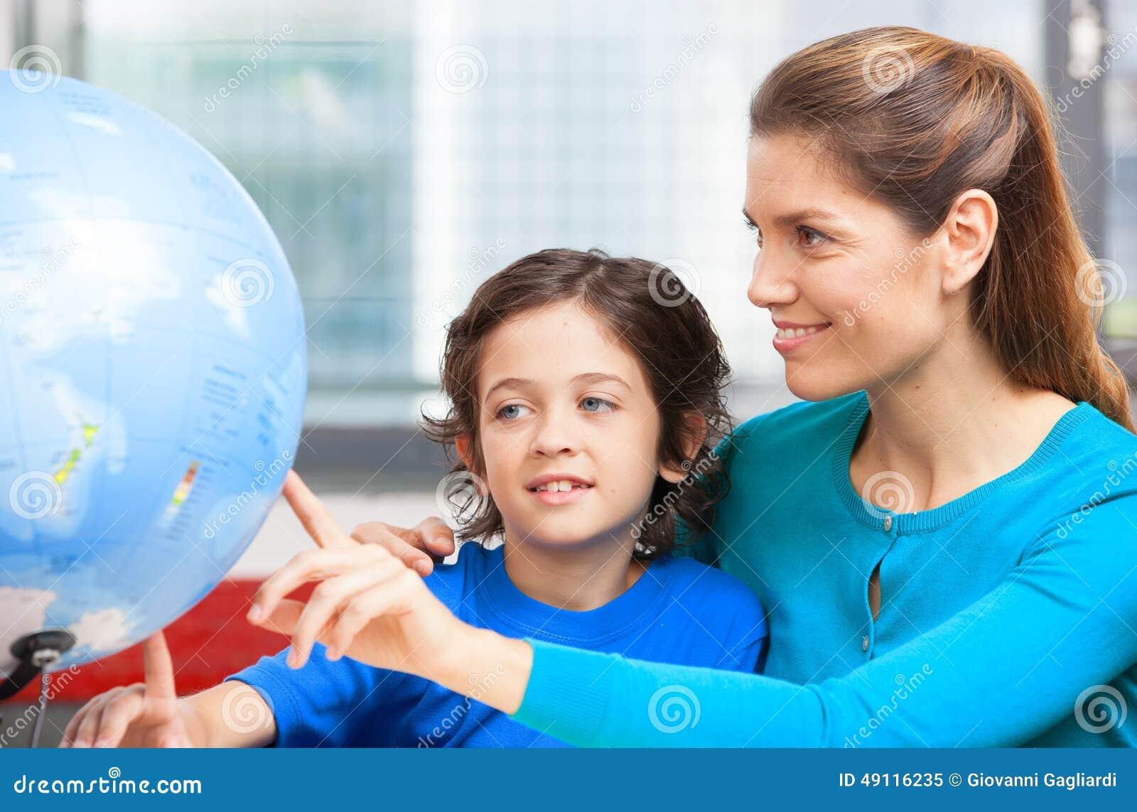Concept heureux d école Professeur féminin expliquant la géographie à l enfant