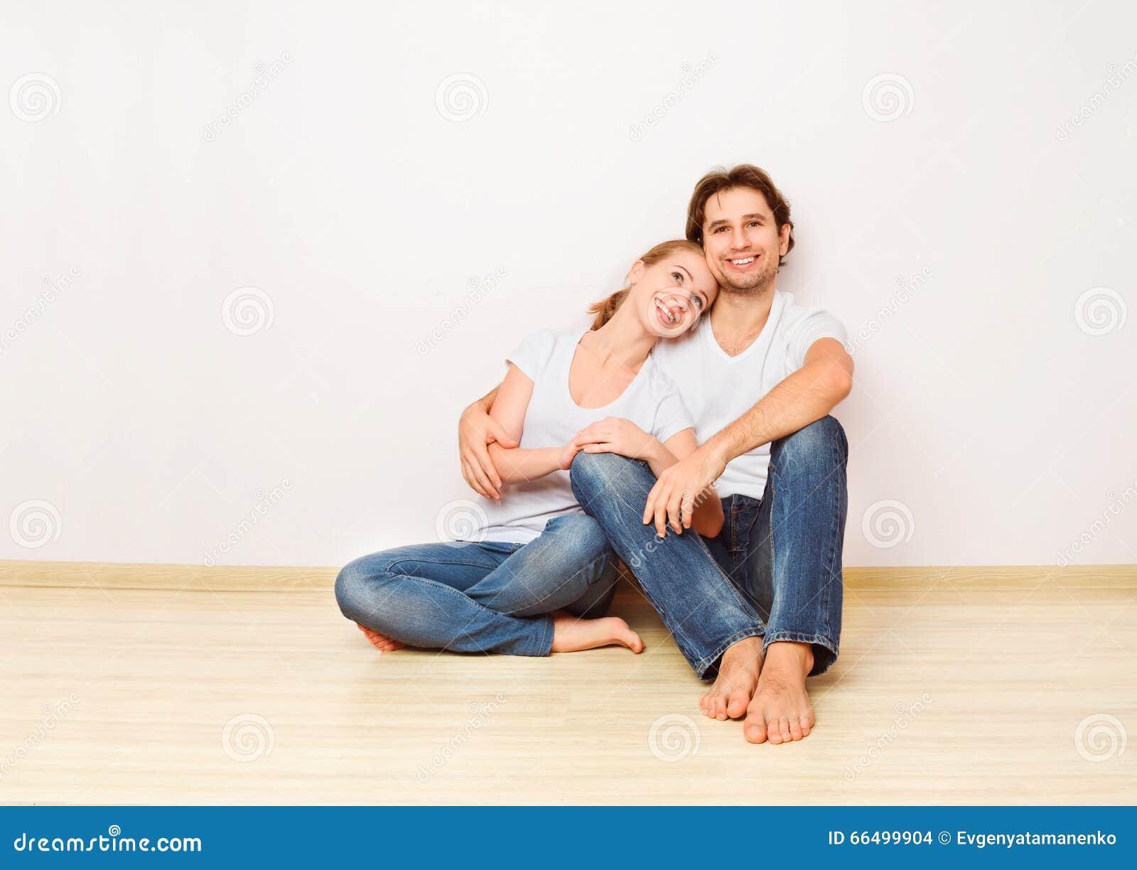 Concept: huisvesting en hypotheek voor jonge families paar op emp
