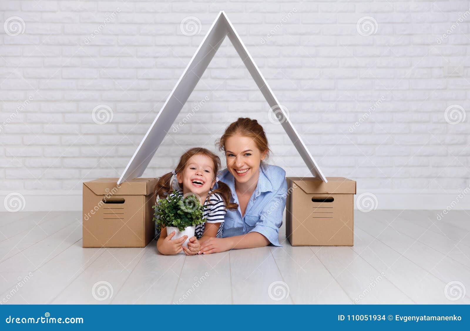 Concept huisvesting, hypotheek en verhuizingsfamiliemoeder en CH