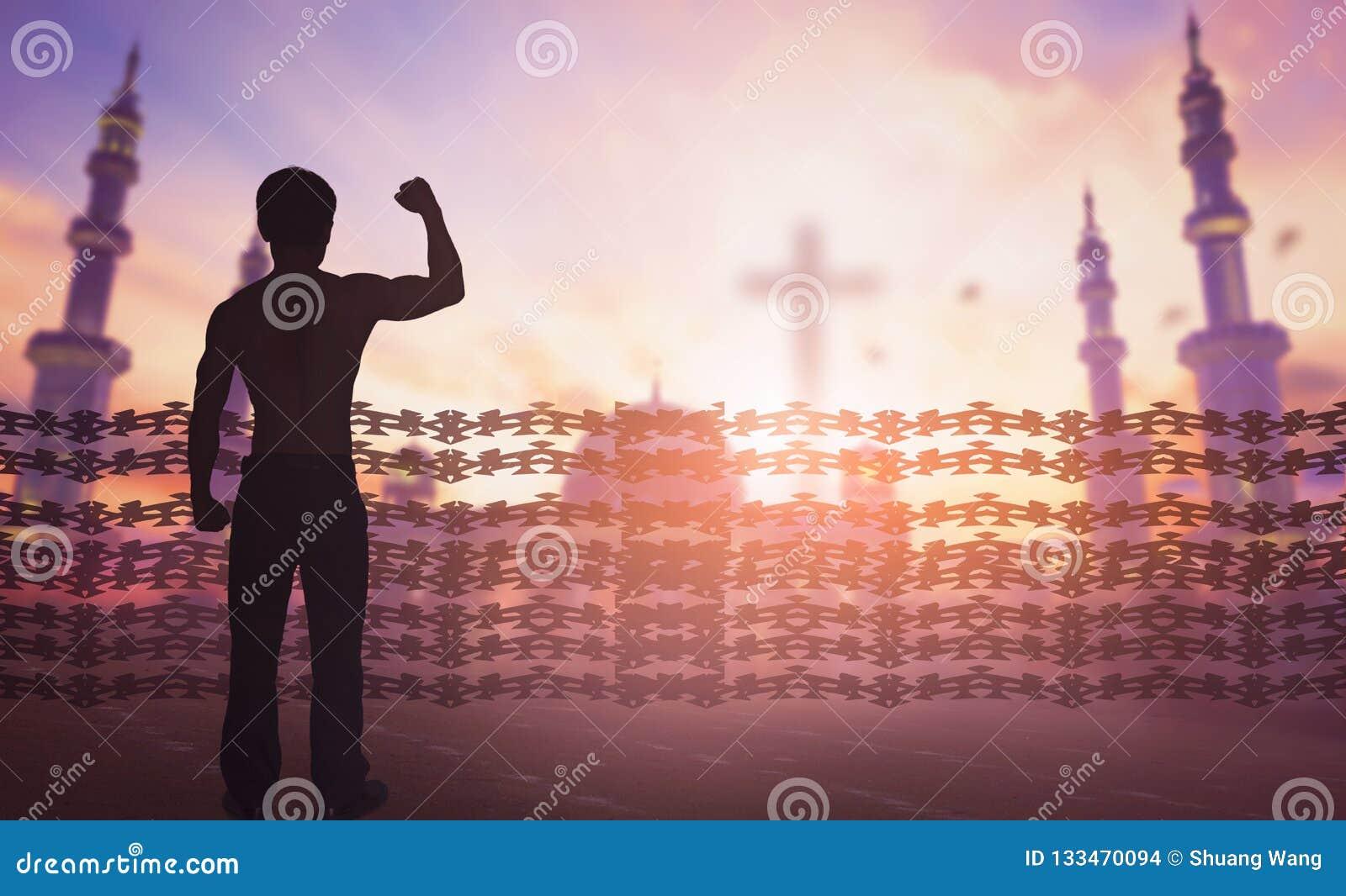 Concept international de jour de droits de l homme : La silhouette de l homme a soulevé la liberté religieuse de mains