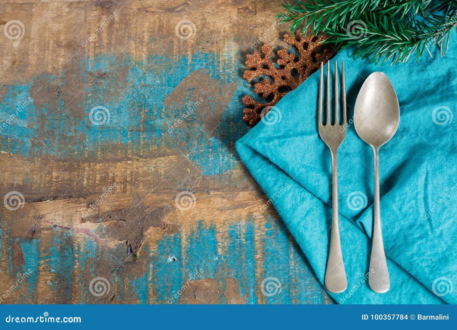 Concept italien de dîner de Noël de pâtes avec la serviette et le chri bleus