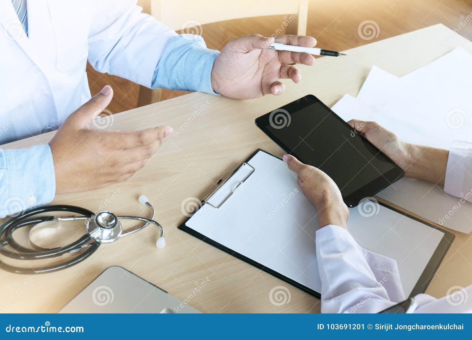 Concept médical de réunion d équipe de réseau de technologie Wor de main de docteur