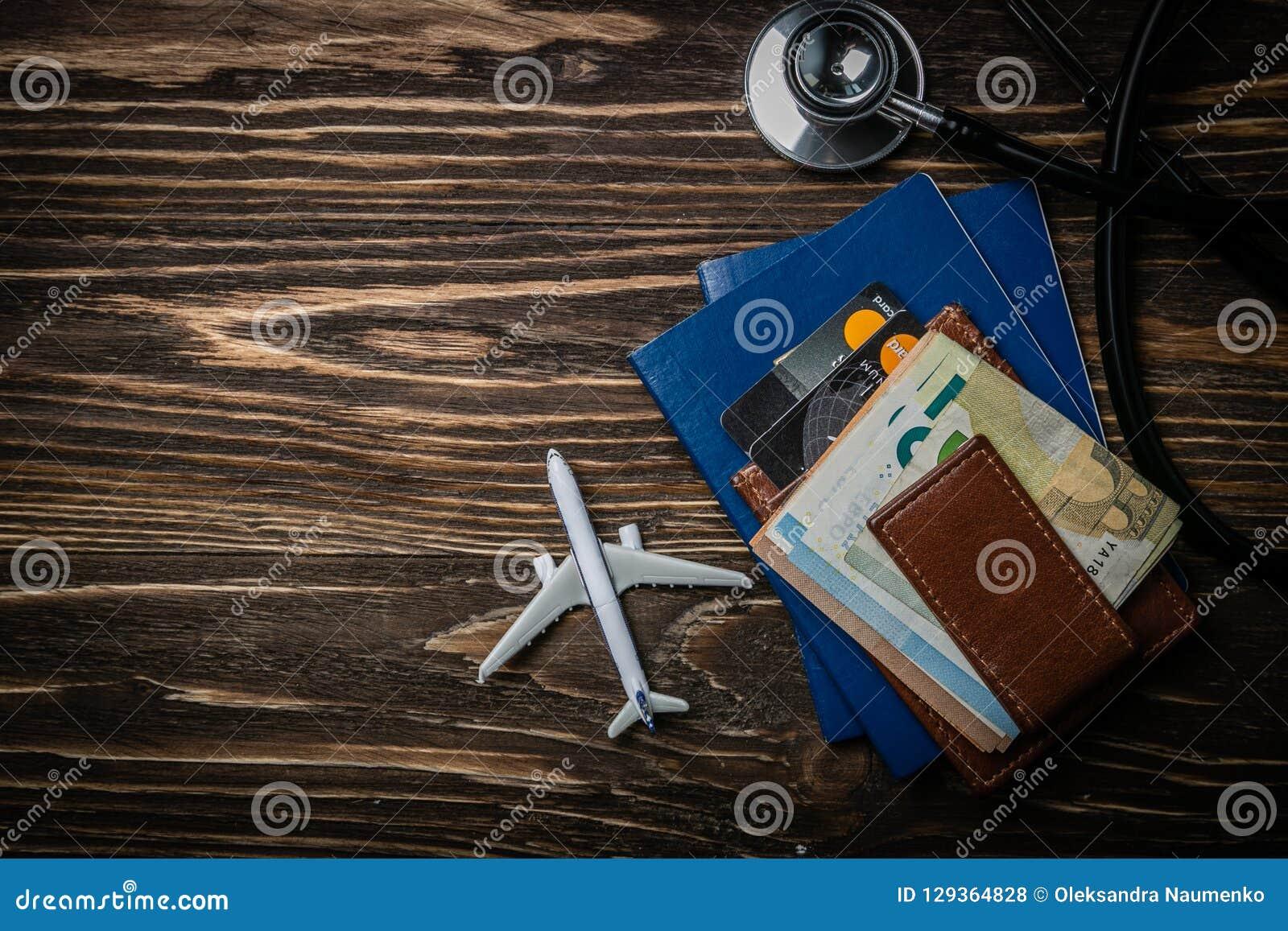 Concept médical de tourisme - passeports, stéthoscope, avion, argent